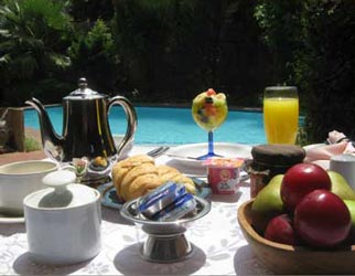 Breakfast alfresco at Pepperwood Lodge